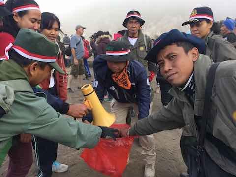Aksi bersih sampah plastik di Gunung Batur