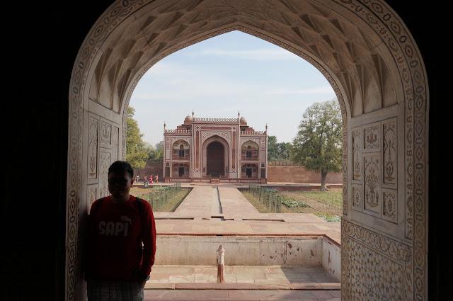 Mengintip dari salah satu pintu di Baby Taj