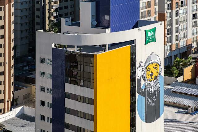Mural na fachada de um edifício.