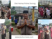 Jajaran Polres Sorong Bagikan Takjil, Didampingi Bhayangkari