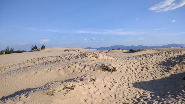 Cồn cát Quang Phú có điểm đặc biệt hấp dẫn du khách là không chỉ vân cát được thay đổi hình dạng hàng ngày, hàng giờ bởi gió biển phiêu bồng thổi suốt ngày đêm mà màu sắc của cát cũng được thay đổi từng giờ. Ban ngày khi nắng lên bạn sẽ thấy cát trắng tinh, mịn màng nhưng khi có nắng, cát ánh lên màu vàng rực, đến xẩm tối lại có màu xám trắng. Thật là kì diệu. Bởi thế người ta vẫn hay gọi nơi đây là thiên đường cát của Quảng Bình