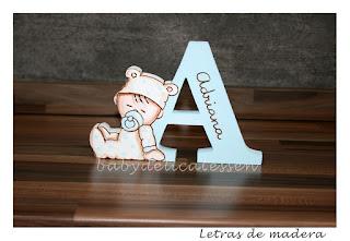 letra A de madera con bebé durmiendo para apoyar babydelicatessen
