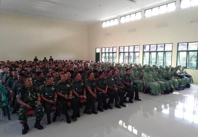 Batasi Medsos, Dandim Kuningan Minta Istri Anggota TNI Gunakan HP 'Jadul'