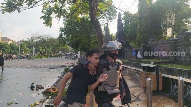 Rekam Polisi Saat Pukuli Pendemo Omnibus Law, Jurnalis Suara.Com Malah Ikut Dipukuli Sekalian