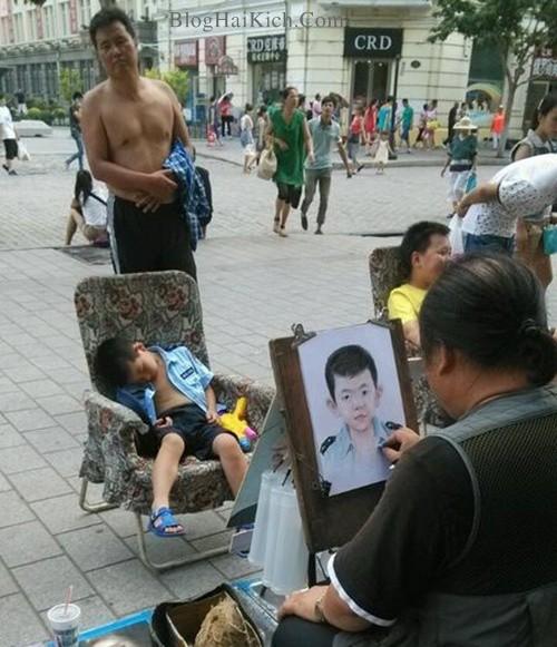 Người đàn ông đưa con trai đi vẽ