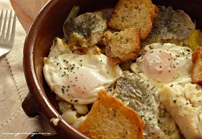 receta de bacalao con cebolla, huevos, patatas y pan duro