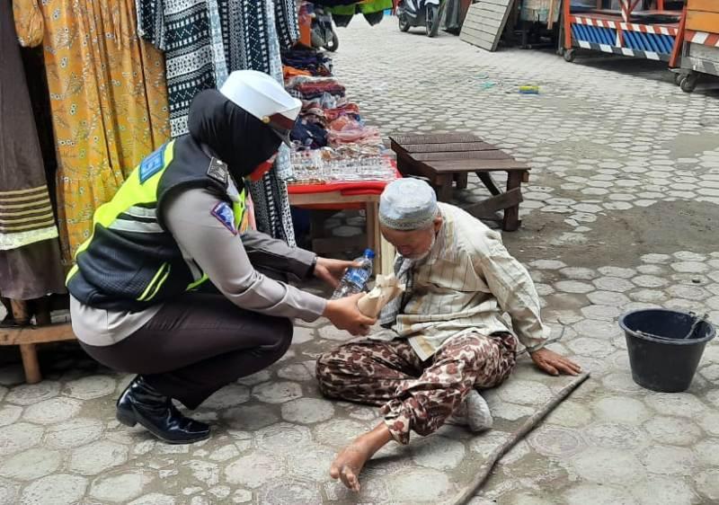 """Jum'at Berbagi"" Polwan Sat Lantas Polres Madina, Sambangi Pengemis di Seputaran Pasar Baru Panyabungan"