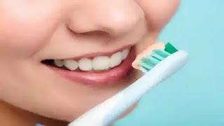 تبييض الاسنان في المنزل للتخلص من الاسنان الصفراء.