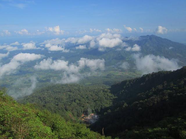 foto pemandangan dari gunung pulosari