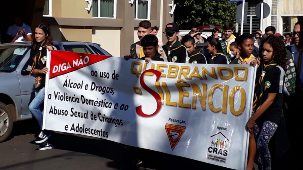 Crianças e adolescentes participam de caminhada em Cajobi contra violência sexual