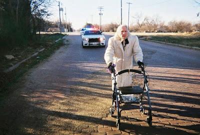 Oma lustig - flüchtet vor Polizei
