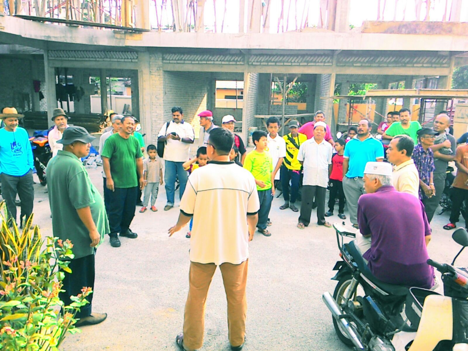 Program Gotong Royong Penduduk Kawasan Kpg Pasir Baru dan PKNS bersama beberapa Staf MPSJ