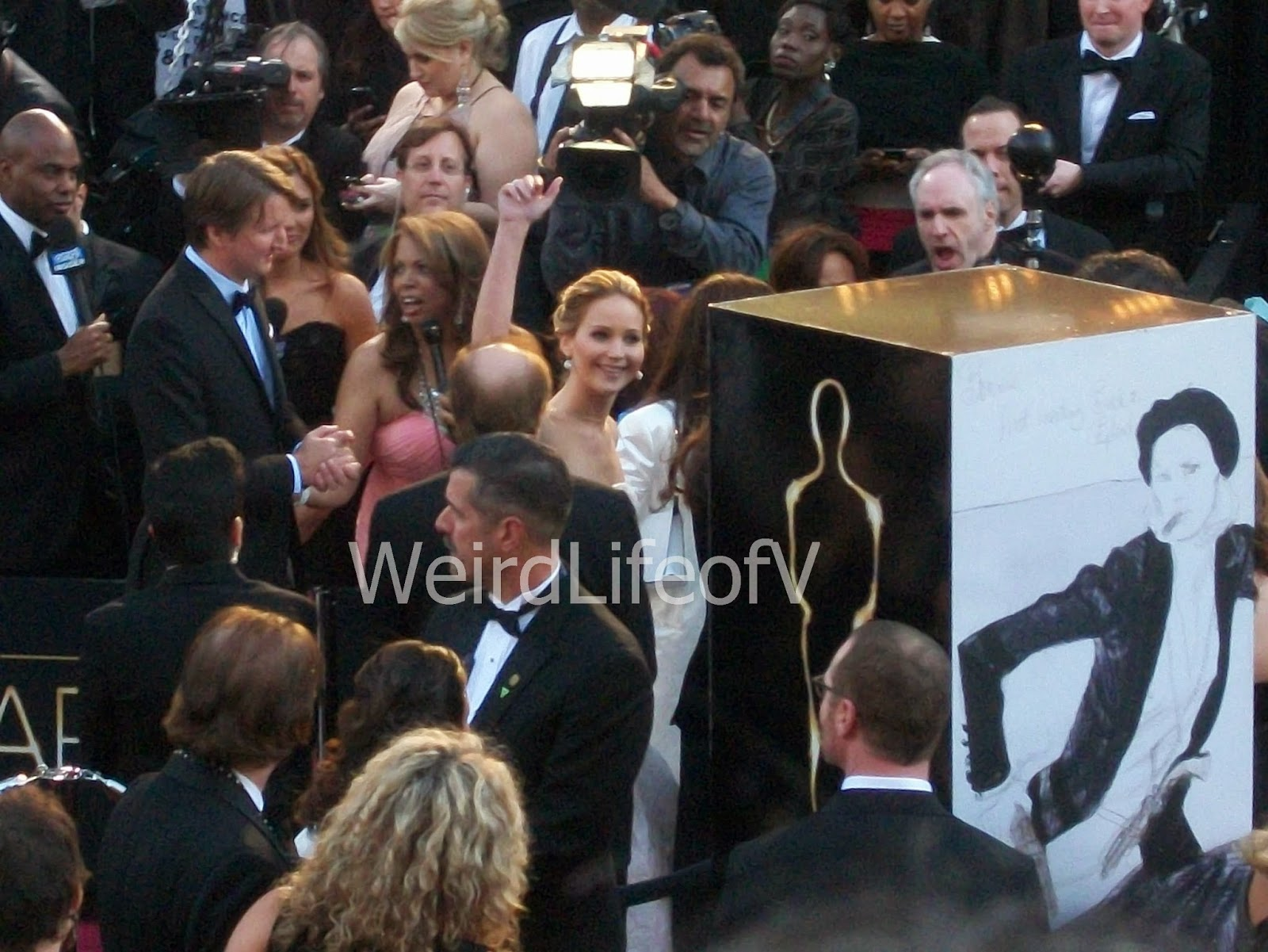 Jennifer Lawrence waving to the fans at the 2013 Academy Awards