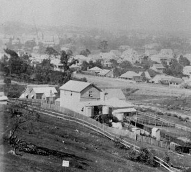 An outhouse, or 'dunny', can be seen in the bottom right corner of this 1889 Highgate Hill photo. (John Oxley Library)
