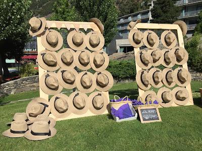 Bodegón de sombreros colgados en estructura de red de gallinero