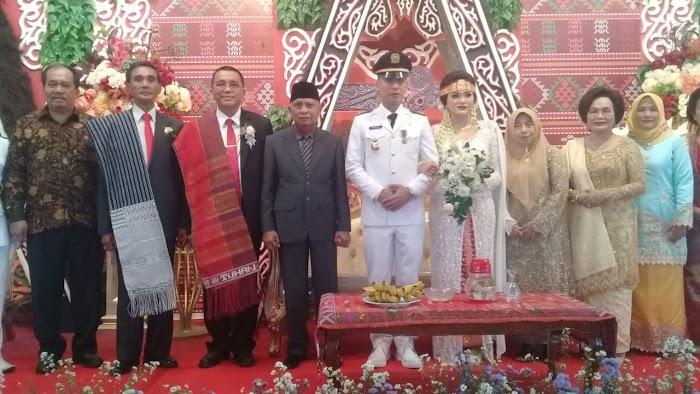 H Surya BSc Hadiri Resepsi Pernikahan dr. Otri br. Simanjuntak & Daniel Hutajulu, S.STP, M.si