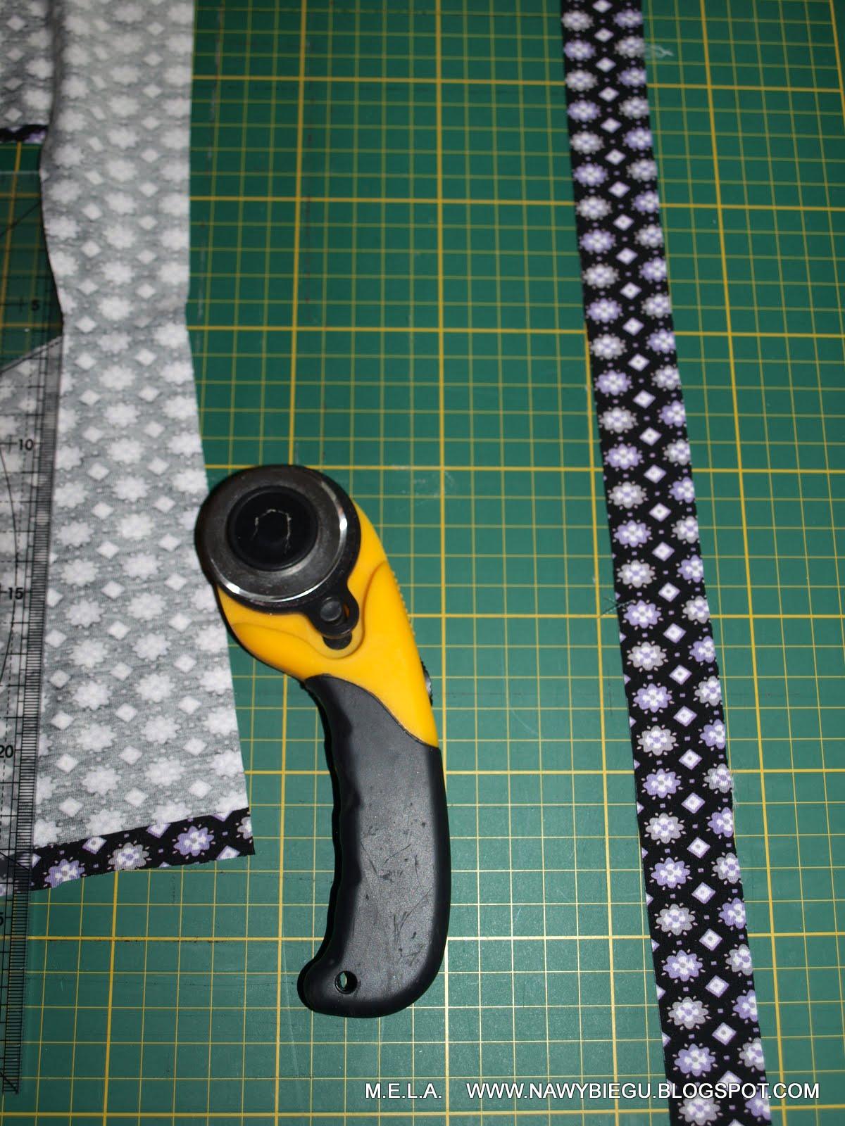 4bf88f23e7e8df następnie przypięłam lamówkę prawą stroną do lewej strony bluzki - lamówkę  należy lekko naciągnąć, żeby zbierała dekolt a nie rozciągała go