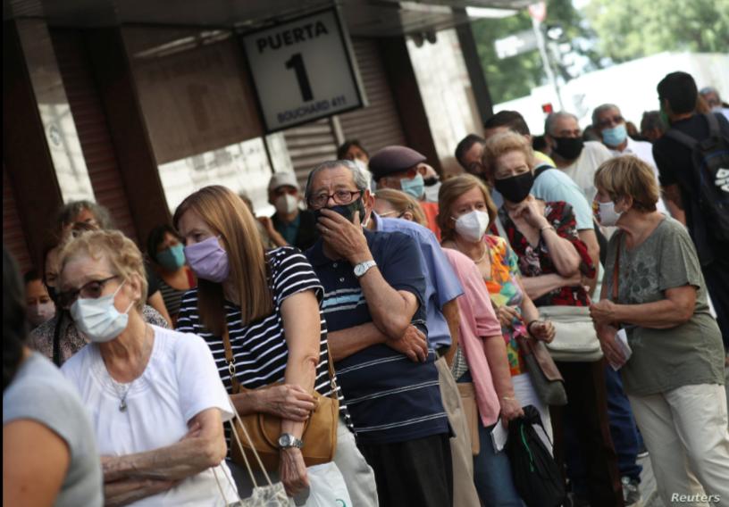 Argentinos hacen fila para vacunarse contra COVID-19, marzo 2021 / REUTERS