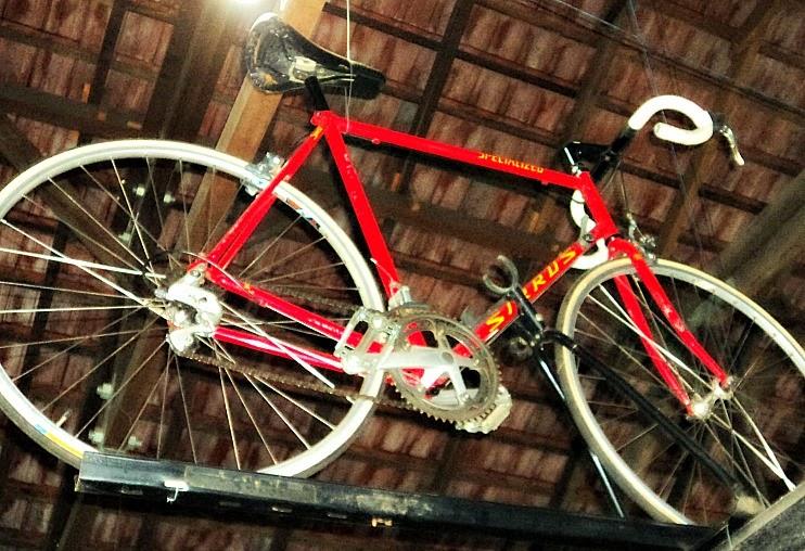 """Specialized """"Sirrus"""": Bicicleta usada pelo ator  Kevin Costner em """"Competição de Destinos"""", no Museu da Bicicleta de Joinville"""