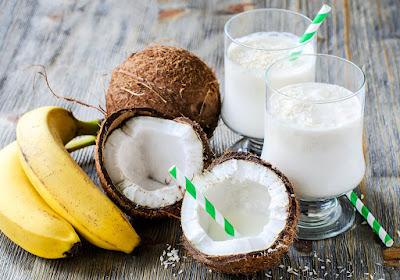 ميلك شيك الموز وجوز الهند