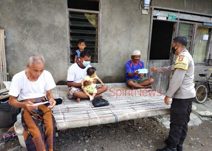Cegah Penularan Covid-19 di Desa, Bhabinkamtibmas Sanrobone Bagikan Masker Kepada Warganya