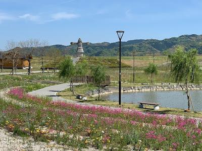 筑後広域公園内の遊歩道と筑紫石人の像