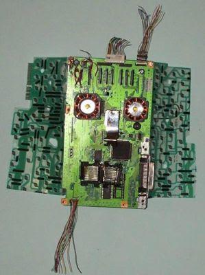 Rostro hecho con partes de computadoras recicladas