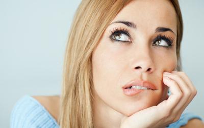 hindari kebiasaan menggigit bibir