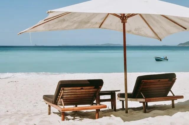 aprende ingles playa sombrilla tumbonas relax paz tranquilidad
