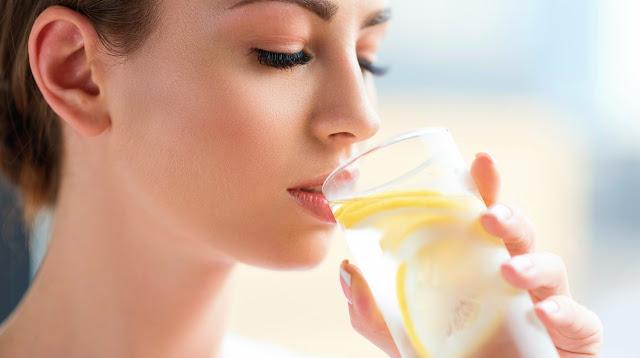 فوائد تناول ماء الليمون على الريق