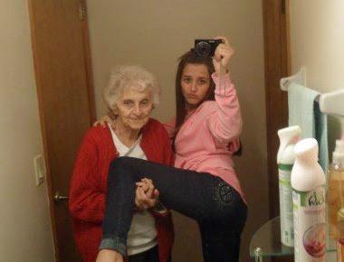 Lustige Oma Bilder mit Enkeltochter vor Spiegel