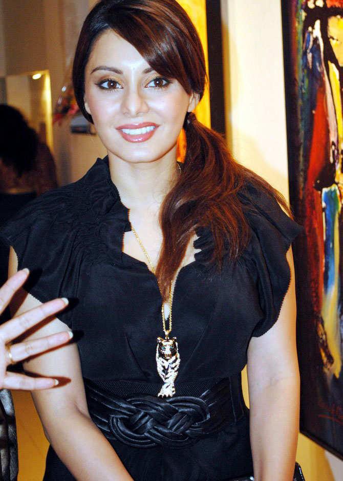 Shahid Kapoor And Katrina Kaif Kissing Minissha Lamba Hot Sti...