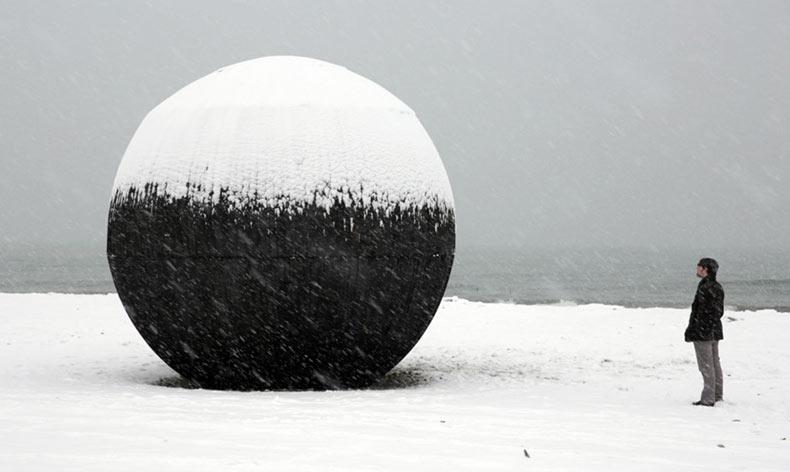 Extraña torre salvavidas esférica de madera en la playa atrae a transeúntes canadiense