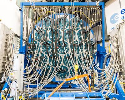 Sole artificiale acceso centro tecnologico Esa Olanda