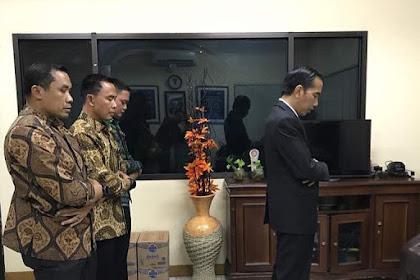 Jokowi Posting Foto Sholat Magrib, Netizen Fokus ke Jam Dinding: Kok Jam 12?
