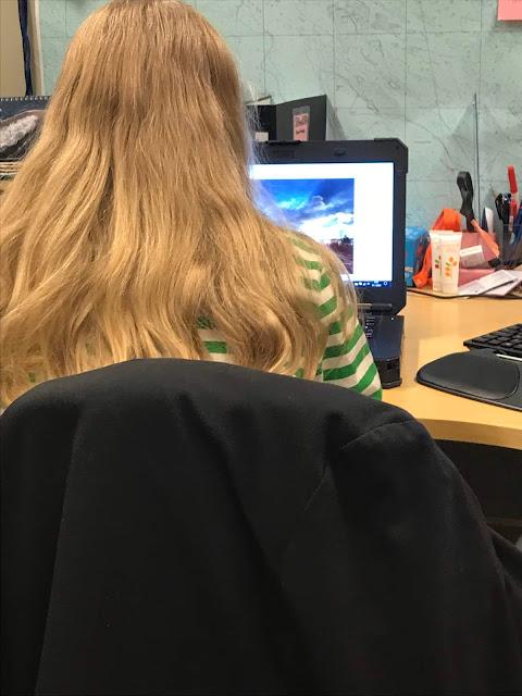 Kaisla istuu tietokoneen ääressä toimistossa.