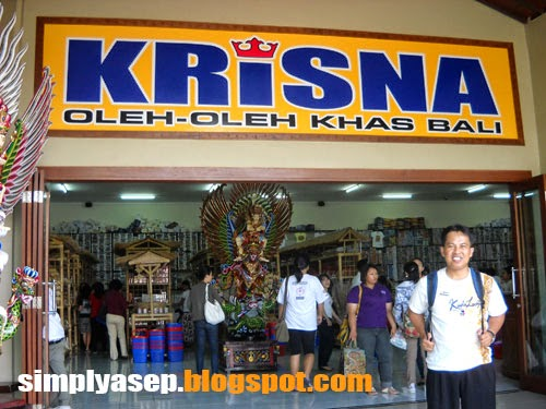 KRISNA : Shopping di Krisna memang asyik. Ini saya saat kunjungan ke Bali tahun 2014 yang fotonya masih saya simpan dengan Baik, Banyak souvenir murah meriah dan keren di sini.   Foto dokumentasi pribadi