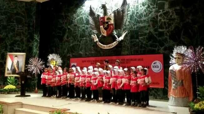 Anak-anak perempuan RPTRA Cililitan yang menyanyikan lagu Ibu Kita Kartini (Suara.com)