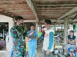 Eratkan Tali Silaturahmi, Dandim 1420 Sidrap Bagikan Sarung  Ke Warga di Lokasi TMMD
