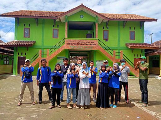 Karang Taruna Desa Karangharja Semprotan Disinfektan Guna Pencegahan Virus Corona
