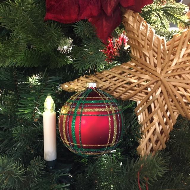 kerstboom in rood met stro