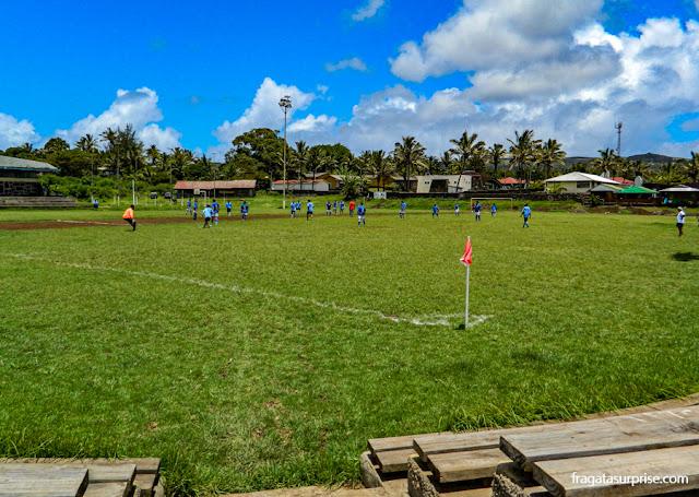 Partida de futebol no Centro de Hanga Roa, Ilha de Páscoa