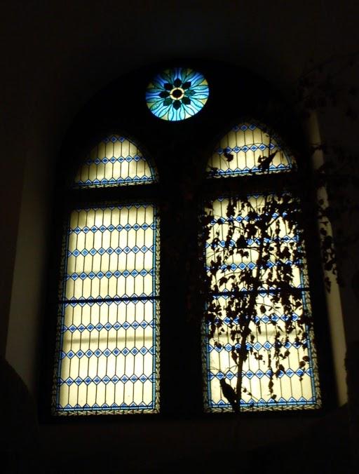 Középföldei tünde ablak Völgyzugolyban, Elrond utolsó otthonos házában, ahol Frodó, hobbitok, Gandalf, Boromir és Aragorn találkoztak Zsákos Bilbóval.