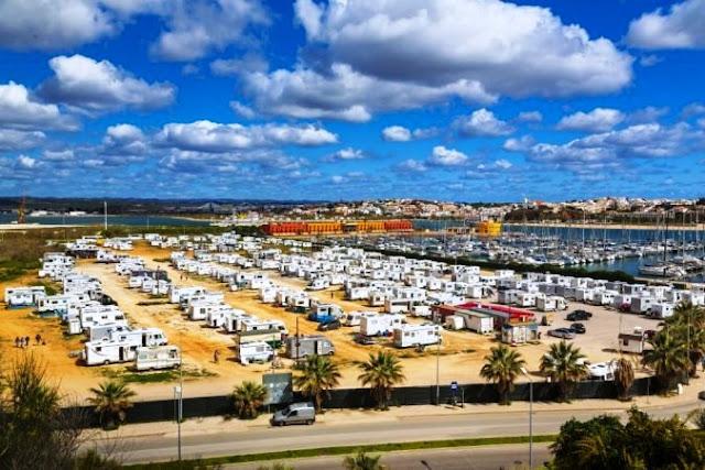 Aparcamiento en Portimao, el Algarve, Portugal