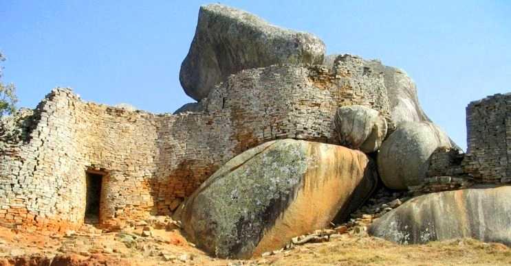 Büyük Zimbabve duvarı adı kadar büyük olmasa da kendi döneminin büyük yapılarındandır.