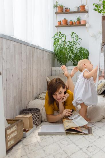 mama i córka na balkonie czytają książkę