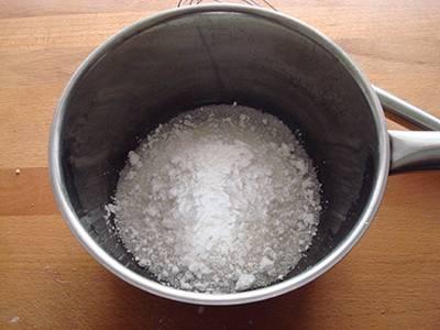 Mettere in un tegame lo zucchero e l'amido