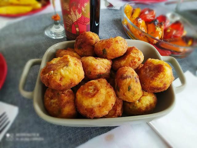 Καταπληκτικοί χρυσαφένιοι πατατοκεφτέδες με μπέικον και μοτσαρέλα