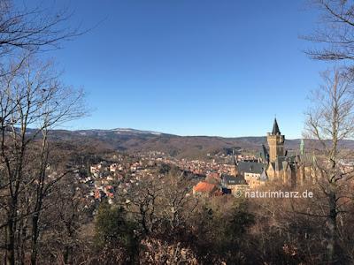 Blick vom Agnesberg auf das Wernigeröder Schloss und den Brocken
