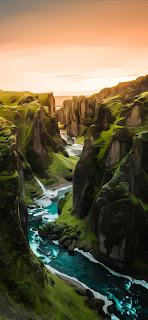 خلفية جبال خضراء يتوسطها نهر للايفون